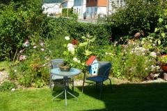 Garten mit Vogelhaus